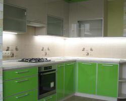 Двохколірна пластикова кухня в алюмінійовому обрамленні