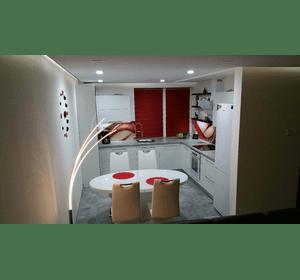 Кухня з глянцевими акріловими фасадами