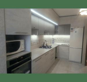 Кухня з двома рядами верхніх шкафів